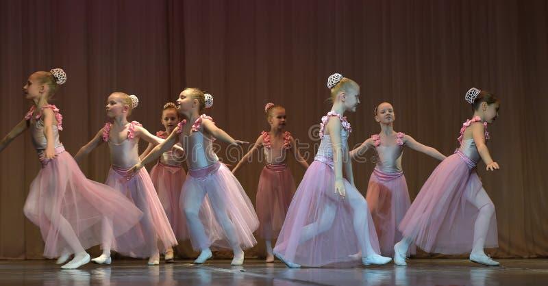 Le groupe de la danse des enfants ouverts de la danse Festival-2016 exécute le ballet photographie stock