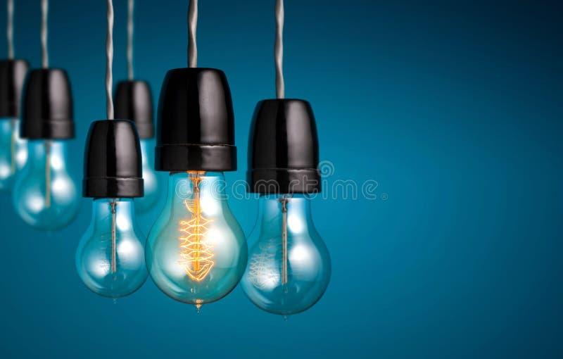 Le groupe de lumières d'ampoule de vintage avec une ampoule antique s'allument photos stock