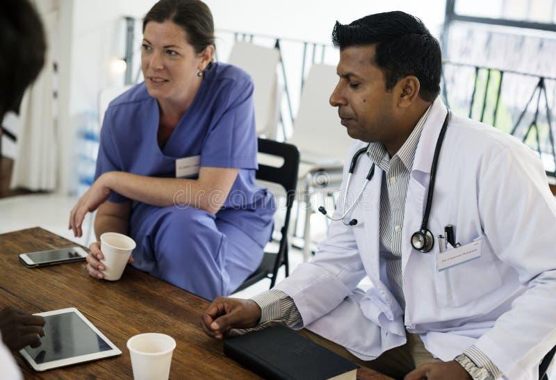 Le groupe de médecins divers ont une discussion photos libres de droits