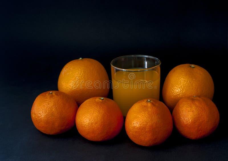Le groupe de mandarines, mandarine porte des fruits, deux oranges d'isolement sur le bl photos libres de droits