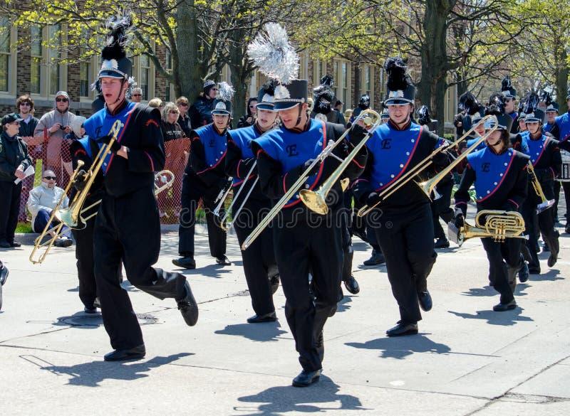 Le groupe de musique du lycée danse dans le défilé images stock