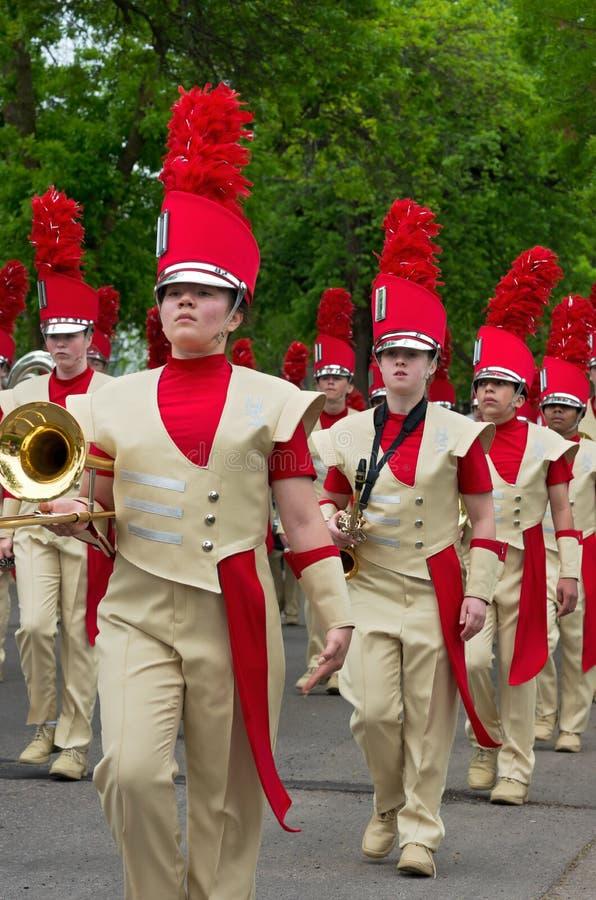 Le groupe de musique du lycée de Sibley mène le défilé photos stock