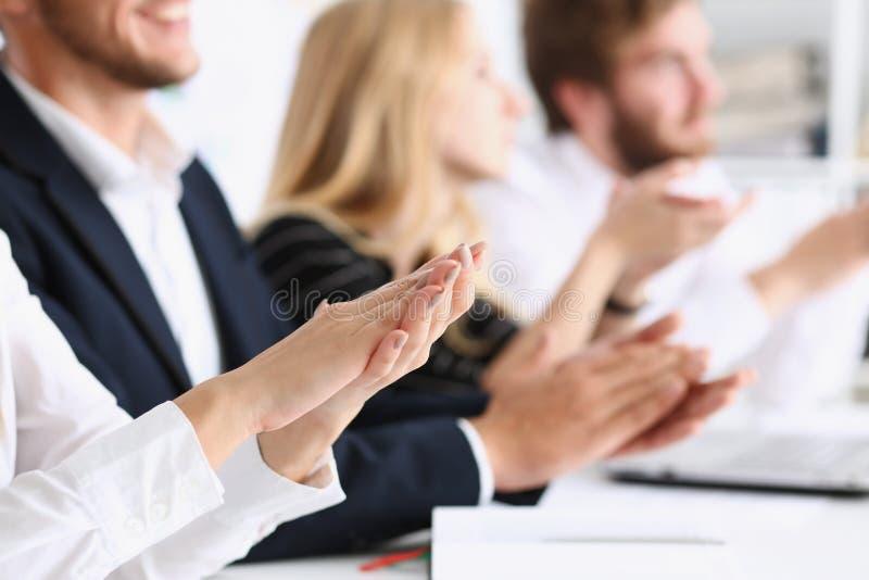 Le groupe de personnes battent leur bras dans la rangée pendant photo stock