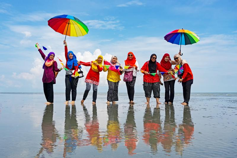 Le groupe de personnes non identifiées à l'île de Sasaran échouent Selangor photographie stock