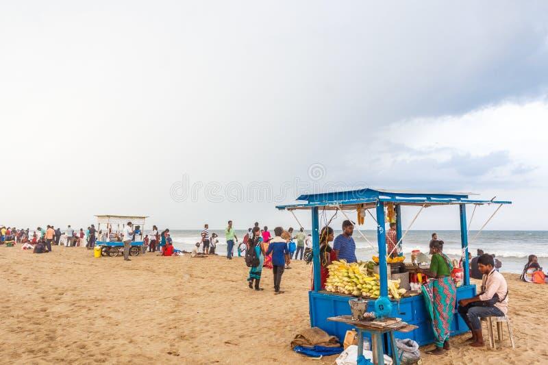 Le groupe de personnes s'est réuni à la plage de marina, ayant l'amusement dans les ressacs avec de beaux nuages, Chennai, Inde l images libres de droits