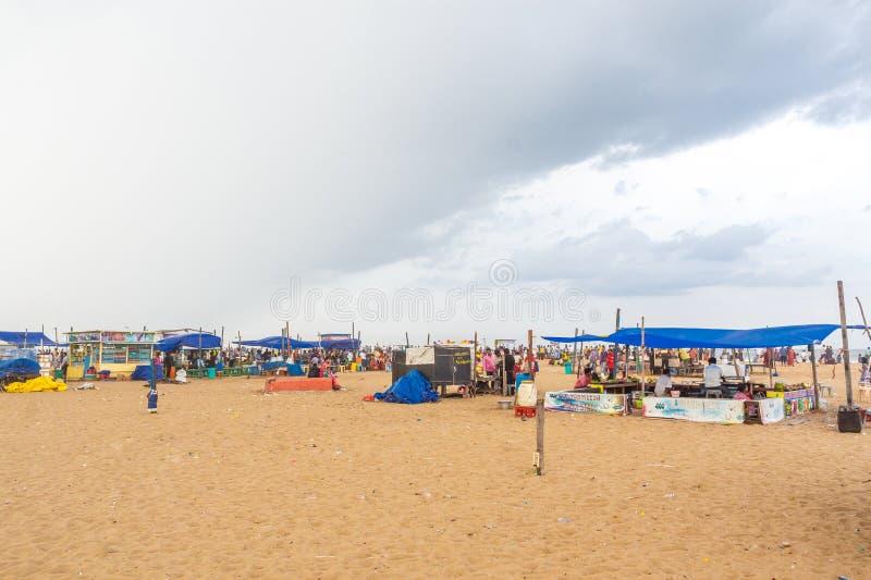 Le groupe de personnes s'est réuni à la plage de marina, ayant l'amusement dans les ressacs avec de beaux nuages, Chennai, Inde l images stock