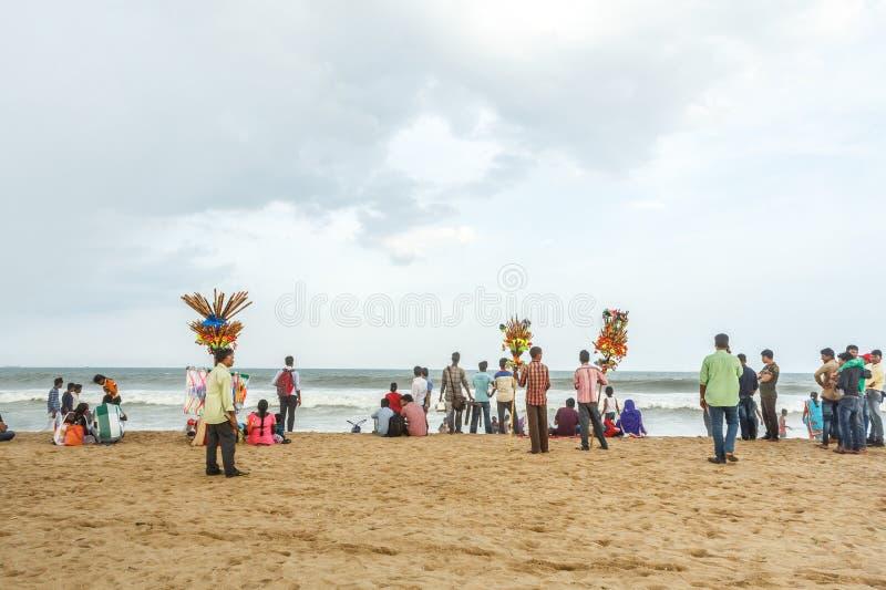 Le groupe de personnes s'est réuni à la plage de marina, ayant l'amusement dans les ressacs avec de beaux nuages, Chennai, Inde l photos stock
