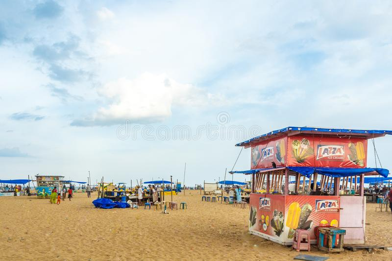 Le groupe de personnes s'est réuni à la plage de marina, ayant l'amusement dans les ressacs avec de beaux nuages, Chennai, Inde l photographie stock libre de droits