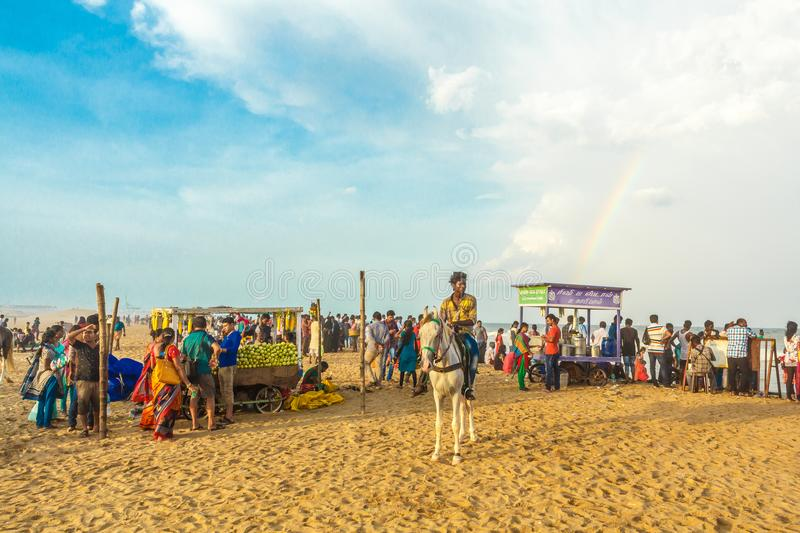 Le groupe de personnes s'est réuni à la plage de marina, ayant l'amusement dans les ressacs avec de beaux nuages, Chennai, Inde l photographie stock