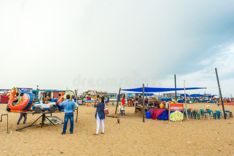 Le groupe de personnes s'est réuni à la plage de marina, ayant l'amusement dans les ressacs avec de beaux nuages, Chennai, Inde l photos libres de droits