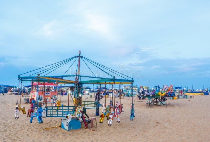 Le groupe de personnes s'est réuni à la plage de marina, ayant l'amusement dans les ressacs avec de beaux nuages, Chennai, Inde l photo libre de droits
