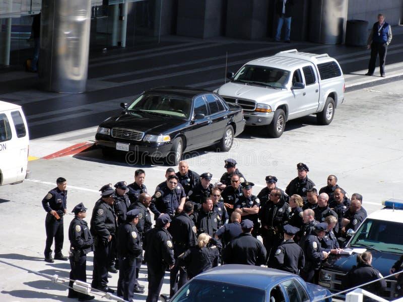Le groupe de policiers se réunissent pour discuter la tactique photos stock