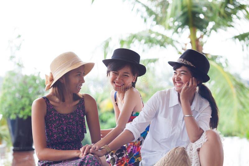 Le groupe de portrait de la jeune amie de femme d'asain détendent et esprit parlant photos stock