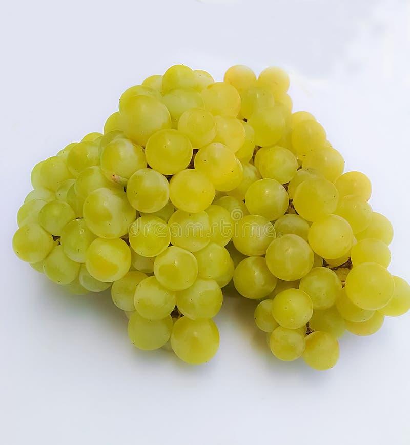 Le groupe de raisins de vert de déchirure a isolé photographie stock