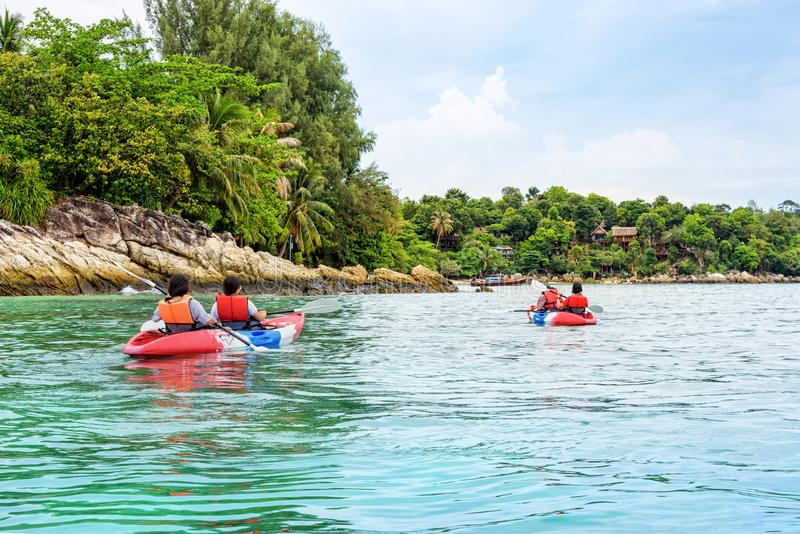 Le groupe de touristes kayaking sur la mer chez Ko Lipe, Thaïlande photo stock