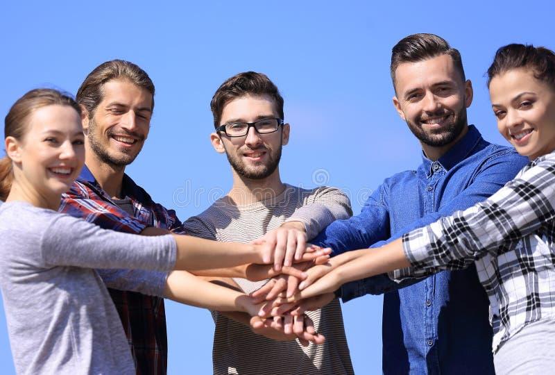 Le groupe des jeunes montre leur unité photo libre de droits
