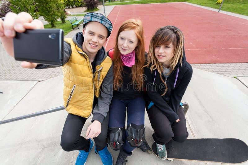 Le groupe des jeunes prend des photos photo libre de droits