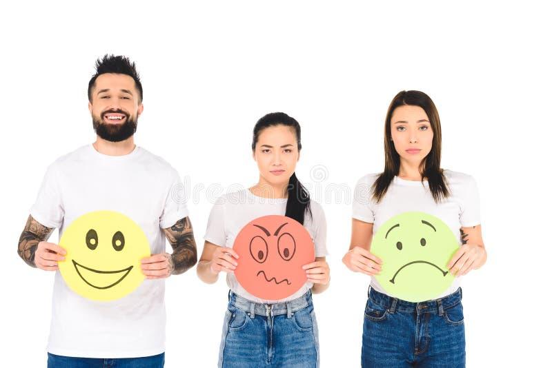 le groupe des jeunes tenant les cartes colorées avec des expressions fâchées, tristes et heureuses de visage a isolé image stock