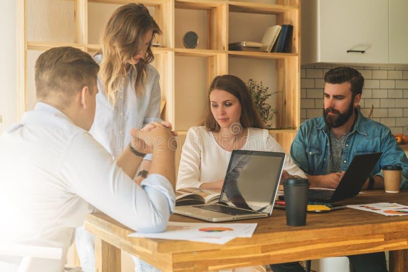 Le groupe des jeunes travaillent ensemble Séance de réflexion, travail d'équipe, démarrage, planification des affaires Étudiants  images stock