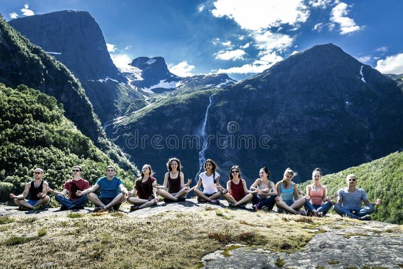 Le groupe des jeunes voyage autour de la Norvège photo libre de droits