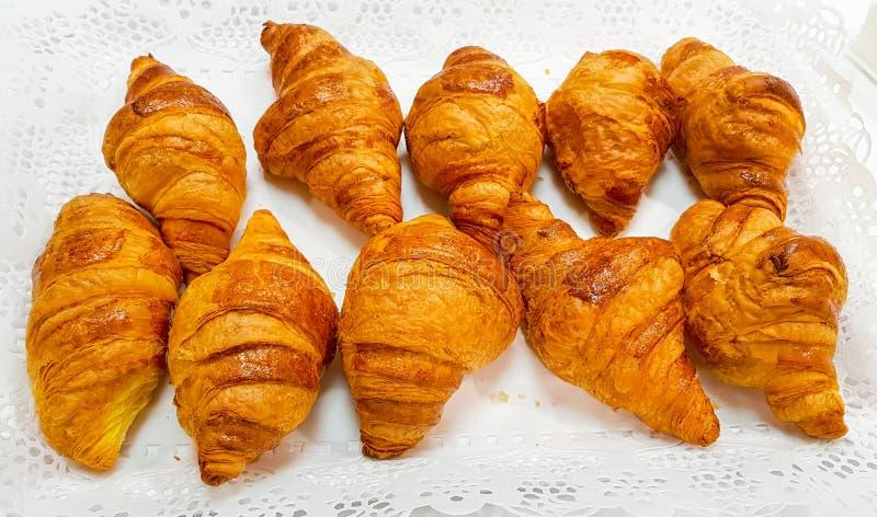 Le groupe du croissant a arrangé dans deux rangées et prépare à la table pour le petit déjeuner photo libre de droits
