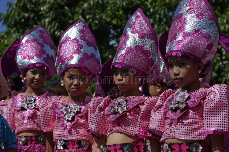 Le groupe du danseur de rue de filles dans des costumes colorés de noix de coco exécutent la danse photos libres de droits