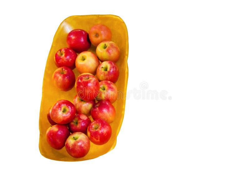 Le groupe du rose rouge de Cripps de pomme de dame rose sur un plateau en bois brun, d'isolement sur le fond blanc photo libre de droits