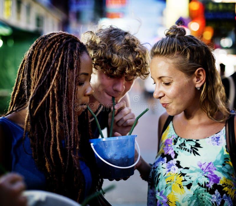 Le groupe du touriste apprécient des boissons de seau dans la rue de marche de Bangkok Thaïlande de route de Khao San photos libres de droits