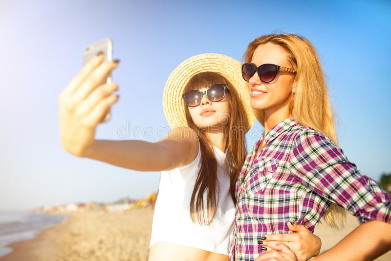 Le groupe heureux de l'ami fait un selfie avec un t?l?phone portable images stock