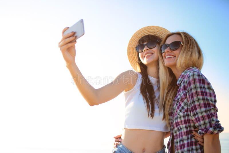Le groupe heureux de l'ami fait un selfie avec un t?l?phone portable images libres de droits