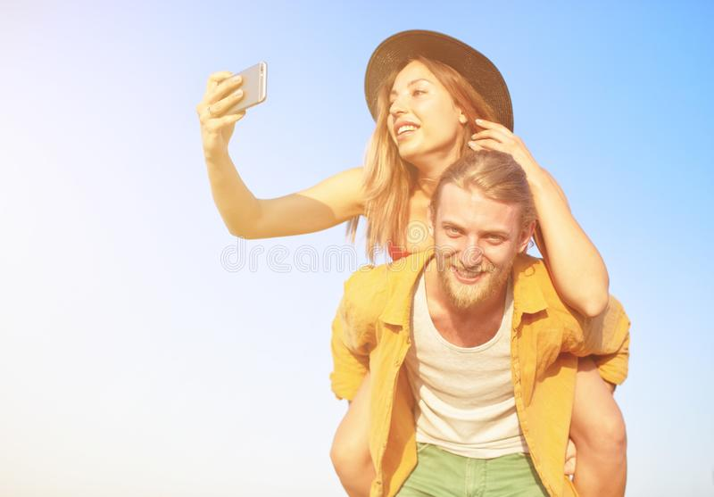 Le groupe heureux de l'ami fait un selfie avec un t?l?phone portable photographie stock