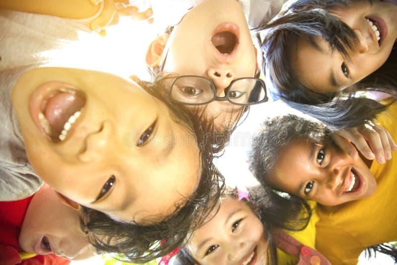 Le groupe multiethnique d'écoliers est confronté photos stock
