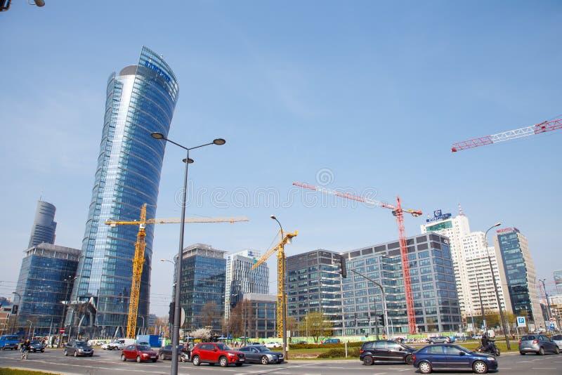 Le gru di costruzione costruiscono le case in una grande città notte Guglia di Varsavia Varsavia città poland fotografia stock