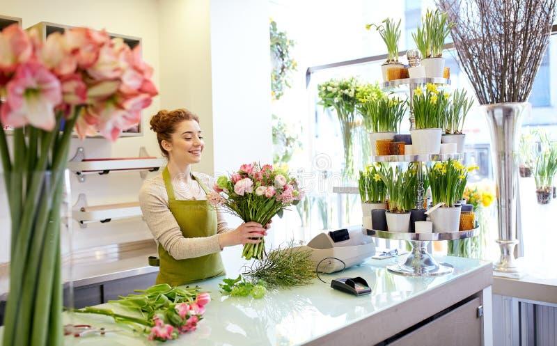 Le gruppen för blomsterhandlarekvinnadanande på blomsterhandeln arkivbilder