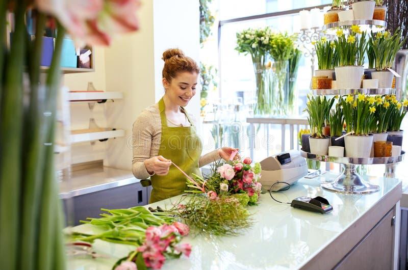 Le gruppen för blomsterhandlarekvinnadanande på blomsterhandeln arkivbild