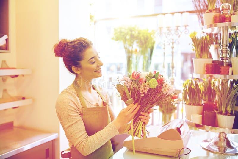 Le gruppen för blomsterhandlarekvinnadanande på blomsterhandeln royaltyfri fotografi