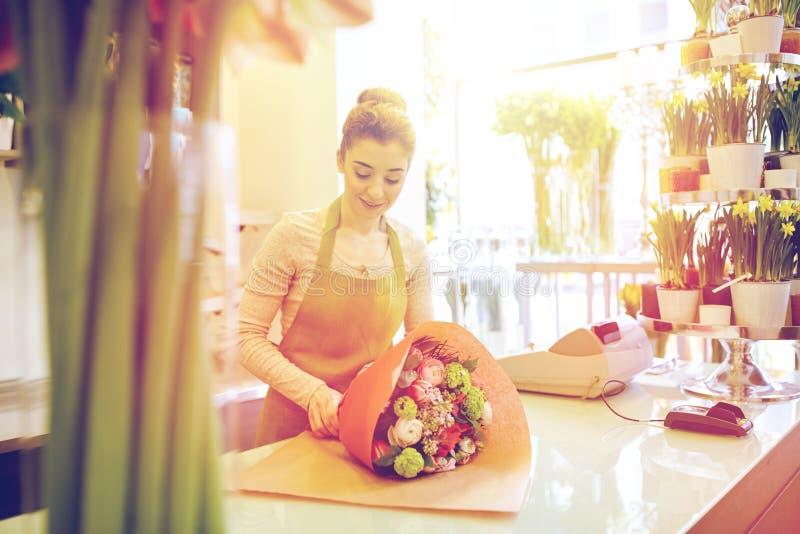 Le gruppen för blomsterhandlarekvinnaemballage på blomsterhandeln arkivbilder