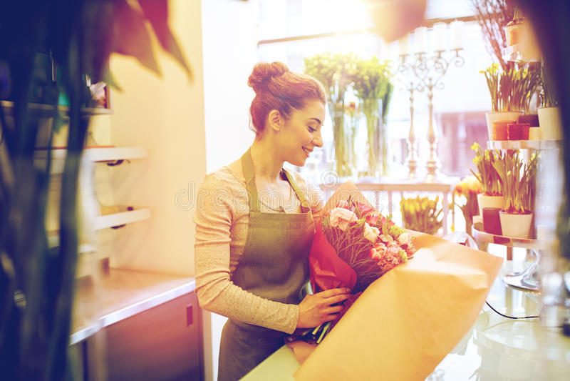Le gruppen för blomsterhandlarekvinnaemballage på blomsterhandeln royaltyfri bild
