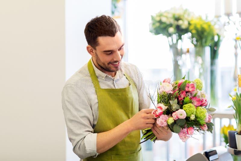 Le gruppen för blomsterhandlaremandanande på blomsterhandeln royaltyfria bilder
