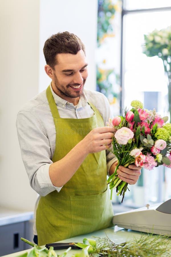 Le gruppen för blomsterhandlaremandanande på blomsterhandeln royaltyfri bild