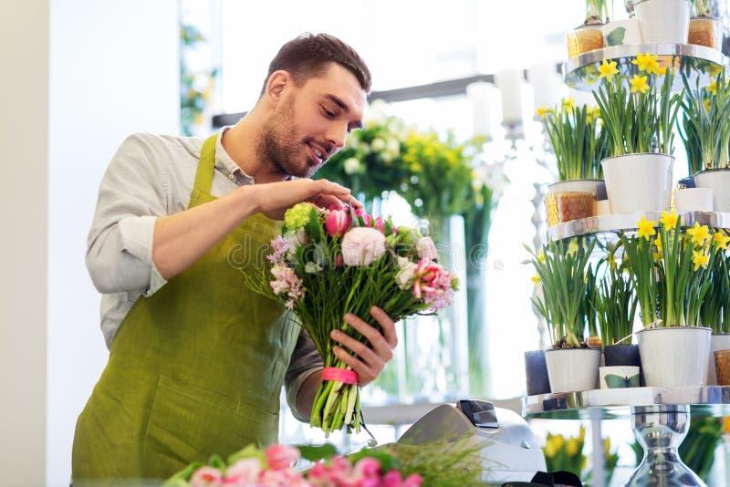 Le gruppen för blomsterhandlaremandanande på blomsterhandeln royaltyfri fotografi