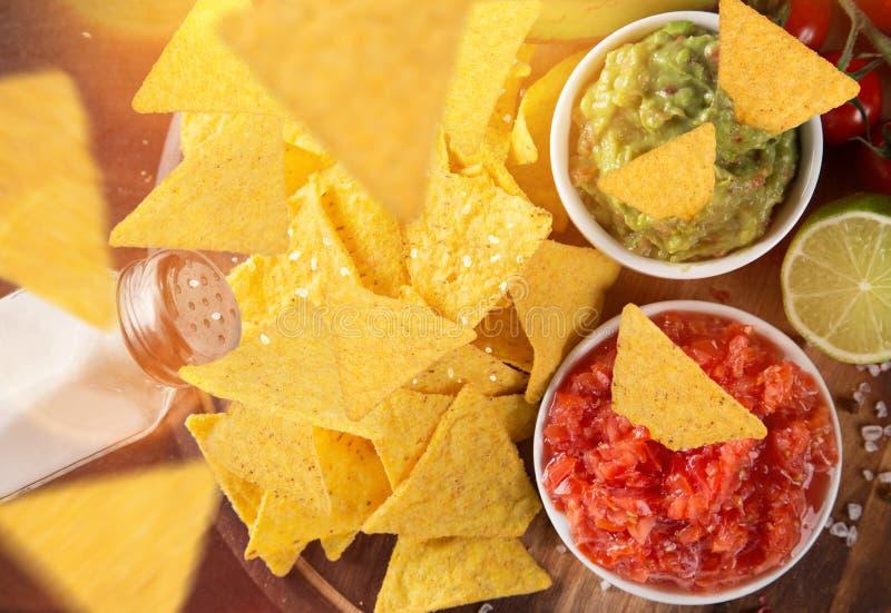 Le guacamole et le Salsa mexicains de tradition plongent, des puces de tortilla de nachos photo stock