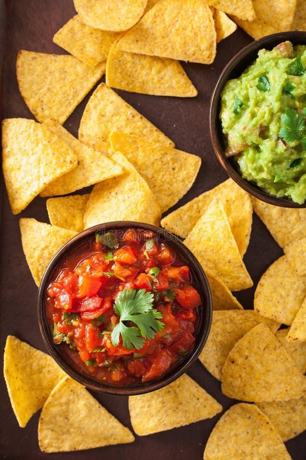 Le guacamole et le Salsa mexicains plongent, des puces de tortilla de nachos image stock