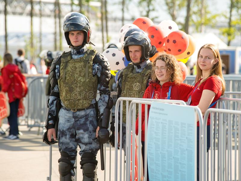 Le guardie ed il volontario della polizia all'entrata in coppa del Mondo abbinano su Kr immagine stock