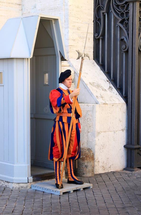 Guardia svizzera vicino alla basilica di St Peter a Roma, Italia immagini stock libere da diritti