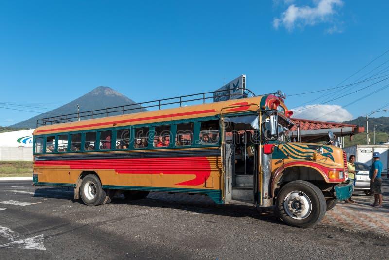 LE GUATEMALA - 10 NOVEMBRE 2017 : Autobus de poulet sur la route avec des personnes Transport en commun du Guatemala image libre de droits
