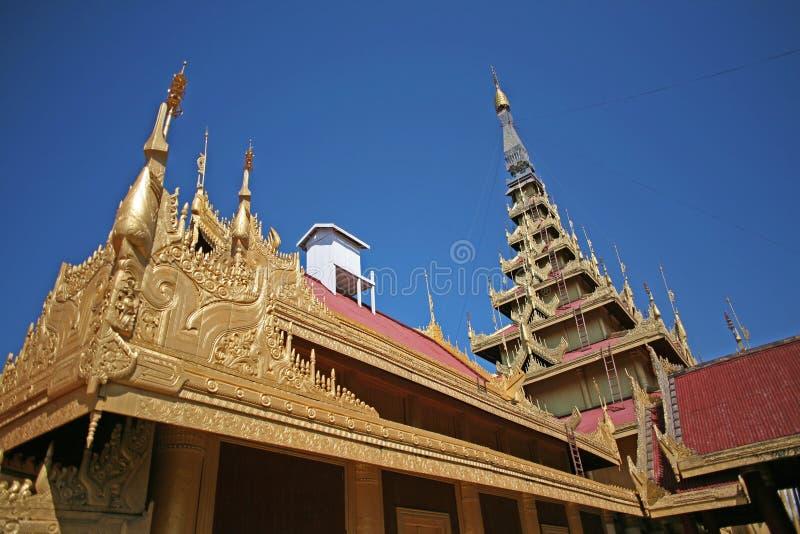 Le guglie dorate e luccicanti del complesso centrale del palazzo a Mandalay, Myanmar immagine stock