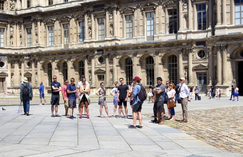 Le guide fournit l'information aux touristes image libre de droits