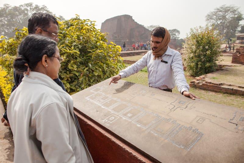 Le guide indien montre aux touristes des sites des objets photo stock