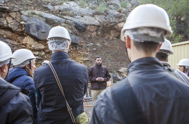 Le guide montre aux visiteurs la gorge du Gaitanes image libre de droits